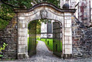 Objectif, Portail, Entrée, Passage, Historiquement